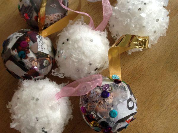 Autour des boules de polystyrene des s'habiller pour les fêtes