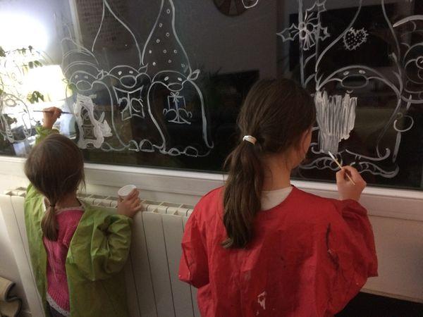 nos peintures sur fenetres, réalisé avec un mélange gouche et liquide vaisselle