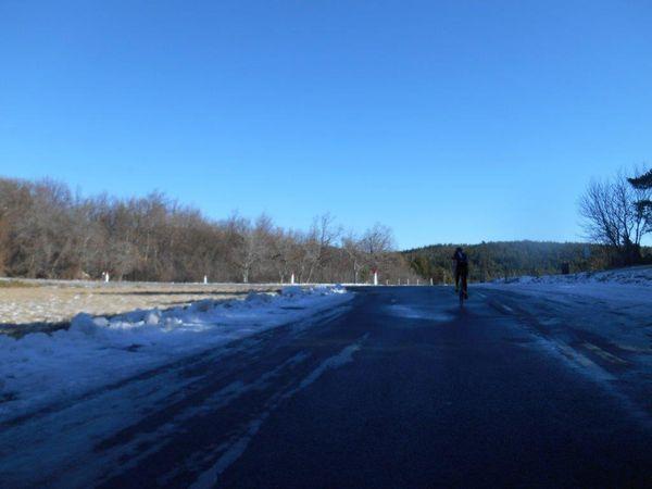1 et 2- La neige est maintenant plus présente sur les bords. 3- Alignés au cordeau...