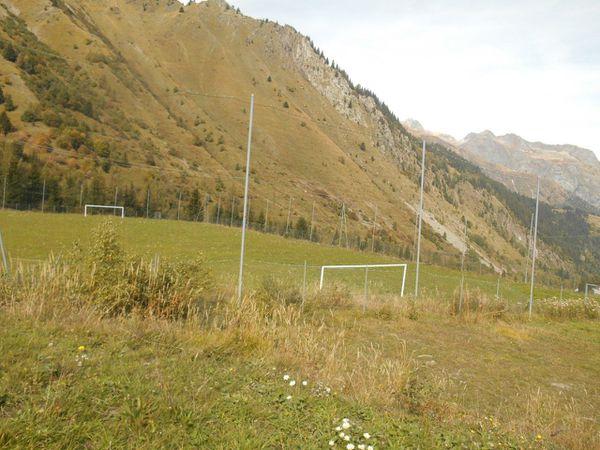Montée qui semble champêtre mais le dénivelé est bien là, un stade à plus de 1400 m de haut !