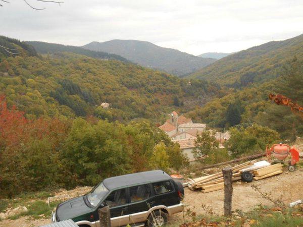 Pause et remplissage de bidons à St Julien du Gua, un village perché bien isolé.