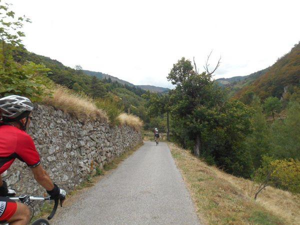 On quitte Le Roux par le CV qui descend au hameau du Roux Bas, au fond où coule la Fontalière.