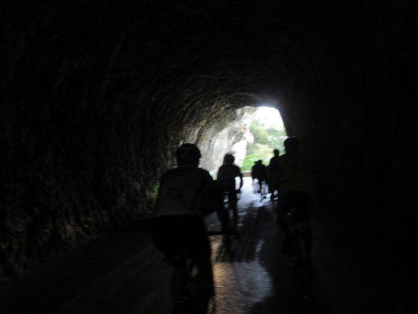 On prend la route des Gorges qui sur les premiers km suit au plus près la belle rivière et ses canoéistes, passages dans les tunnels !