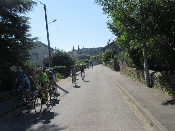 Goudargues où les sprinteurs ont lancé le sprint à 4 kms de la pancarte.... beau village avec son canal qui le traverse.