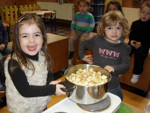 Nous posons la casserole sur le réchaud et ajoutons de l'eau et un petit peu de sucre