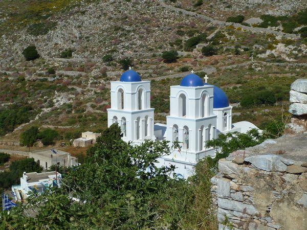 La descente est progressive, le paysage est toujours différent et splendide. dans un virage, nous entendons des chants religieux grecs d'une chapelle, c'est très émouvant...