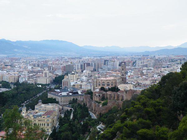 Vue sur les arênes (numéro 13) de Malaga depuis l'Alcazaba et le Gibralfaro, et sur la ville.