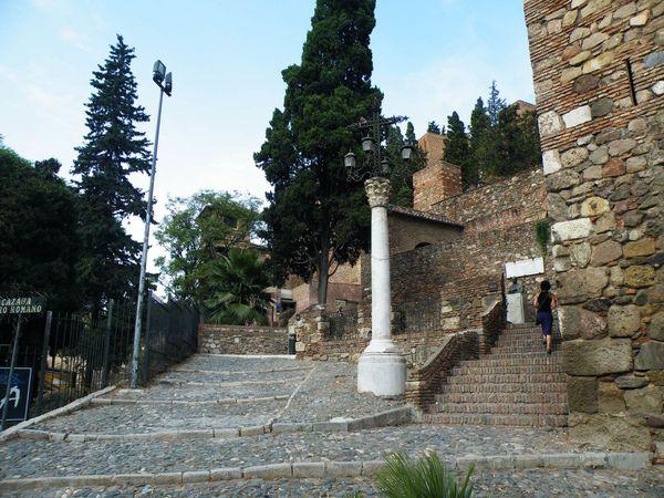 Vue depuis l'Alcazaba sur le port, la mairie juste devant (à gauche, numéro 19) ) et le Rectorat (numéro 20). Entrée/sortie de l'Alacazaba, juste à côté du théâtre romain.