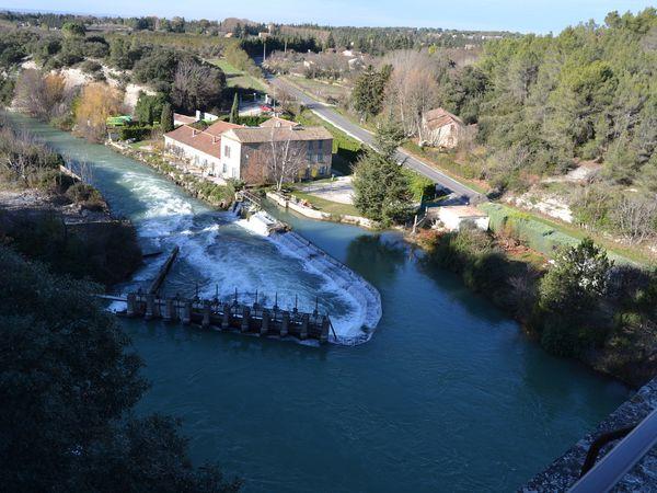 """...à voir le débit de la rivière """"La Sorgue"""", tout juste sortie du gouffre de """"Fontaine de Vaucluse"""" situé à quelques centaines de mètres de l'aqueduc"""