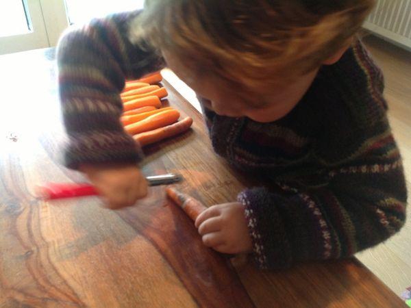 L prépare son velouté de carottes BIO à la crème et au poulet fermier.
