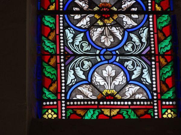 Ce vitrail déposé en atelier a été reconstitué et les pièces brisées ont été entièrement refaites dans les règles de l'art