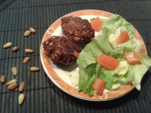 Viande hachée, boulghour et pignons de pin.