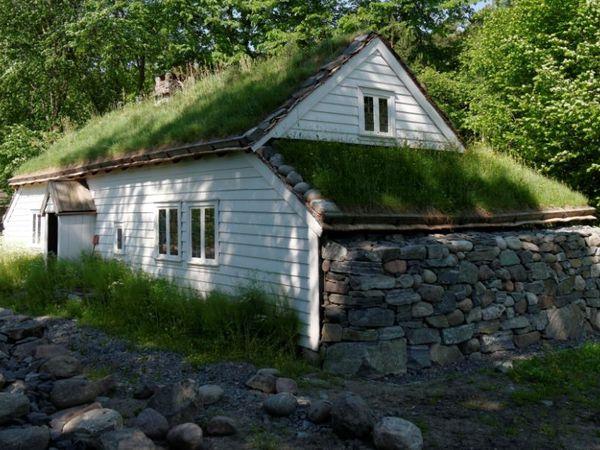 Norsk Folkemuseum -- Bâtiments des années 50 et la cours à l'entrée du musée.