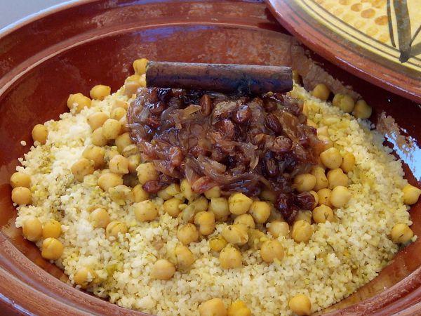 Tfaya : Couscous au poulet, pois chiches, oignons et raisins secs caramélisés