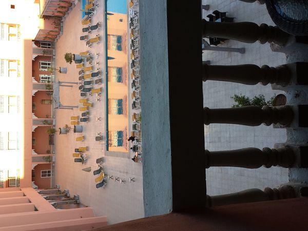 Une photo dans le ferry, l'autre en pleine discussion et l'autre et bien c'est l'hôtel de Marrakech. pff les veinards!!