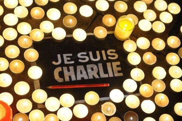 """2 Je suis Charlie (source BFM TV) 3. bougies """"je suis Charlie"""" (source Sudouest)"""