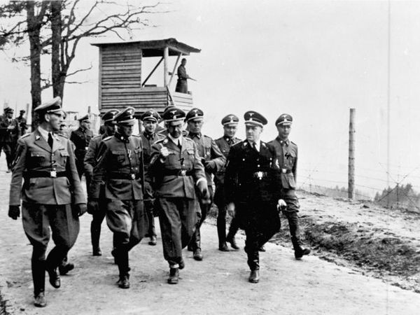 Himmler et le commandant du camp Zieres (photo 1)  et 5è photo : Himmler visitant le camp (source :German Federal Archive)