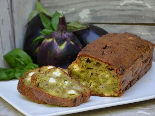 Cake à l'aubergine, pesto et feta