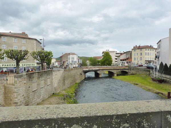 """Issoire, Les 2 ponts sur la Couze, La Halle et le boulevard , et une rue près du cinéma et de la """"Halle aux grains"""" de 1819."""