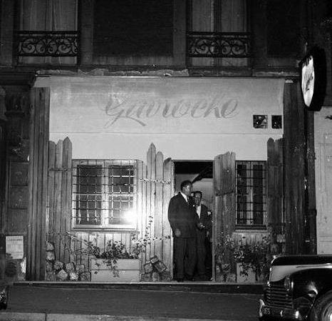 Le 7. Le Petit Café de Montmartre. Auparavant le Gavroche, bar appartenant à Joe Attia. (photo Roger-Viollet, Parisienne de photographie)