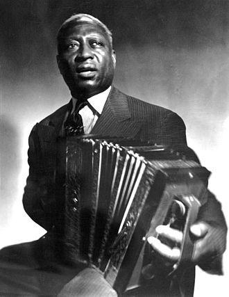 leadbelly, un chanteur et guitariste de blues et de folk qui eut un accordéon comme premier instrument