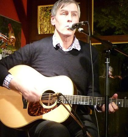 robert forster, un chanteur australien cofondateur du groupe the go-betweens ou on retrouvait mick harvey