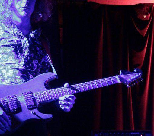 haruomi hosono, un musicien japonais renommé membre du groupe rock happy end et pionnier de la musique électro avec yellow magic orchestra