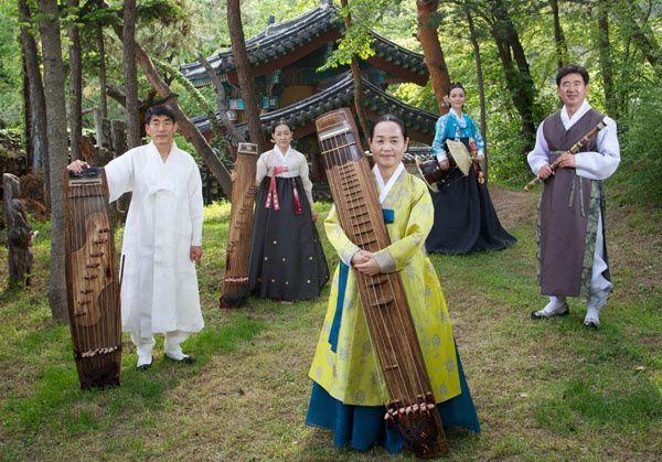 the sinawi, 5 solistes réputés enracinés dans la musique chamanique coréenne et qui s'emballent jusqu'à la transe