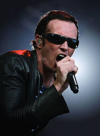 scott weiland, un ancien chanteur américain des groupes de rock stone temple pilots et velvet revolver sans oublier quelques opus en solo