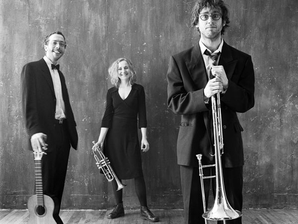 benoit paradis trio, un chanteur français à l'univers jazzy qui joue tour à tour trombone, guitare, trompette et percussions