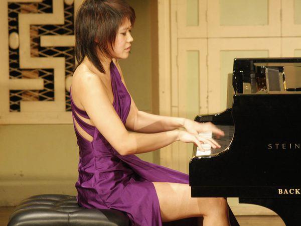 Sans commentaire... Etc. Bientôt ces pianistes joueront en string et top-less sur scène.