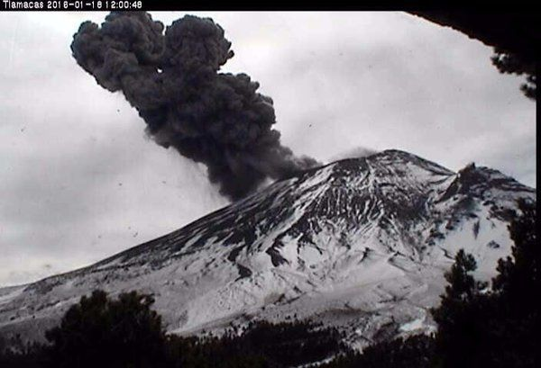 Popocatepetl - respectivement le 17.01 à 20h40, le 18.01 à 01h53 et 11h58 - webcams Cenapred