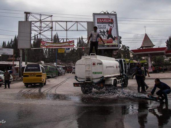 Sinabung - problèmes dus aux retombées de cendres sur la région de Berastagi &#x3B; nettoyage des rues et distribution de masques - photos 26.08.2016 Endrolewa  - un clic pour agrandir