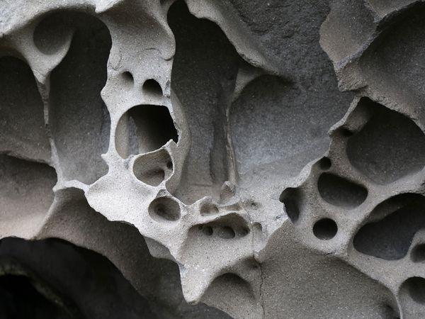 Skötufjördur. - bulles dans le basalte - un clic pour agrandir - photos © Bernard Duyck 10.2016