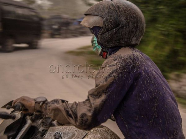 Sinabung ashes complicates the lives of local residents - photos 02.08.2017 Endro Lewa