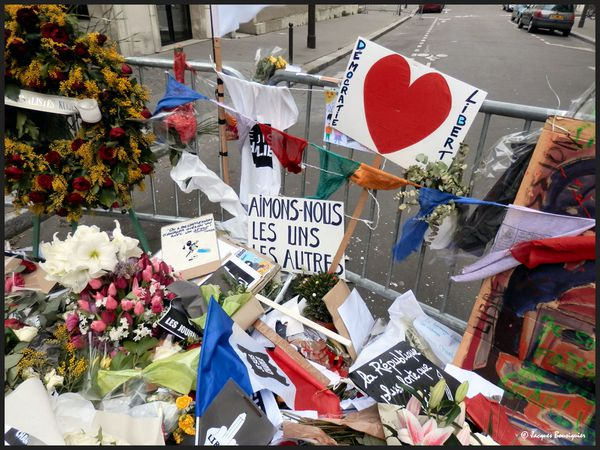 Charlie Hebdo : hommages fleuris, souvenirs...