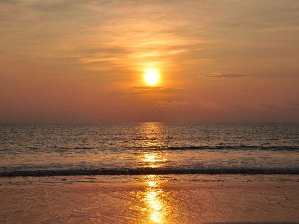 Le soleil se couche sur la Mer d'Andaman