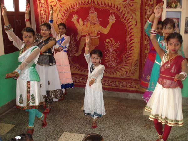 Spectacle Sarasvati Puja : Photo 1. Danse katthak - Photo 2. Hatha yoga, Surya Namaskar - Photo 3. Danse avec Kusum et Goori.
