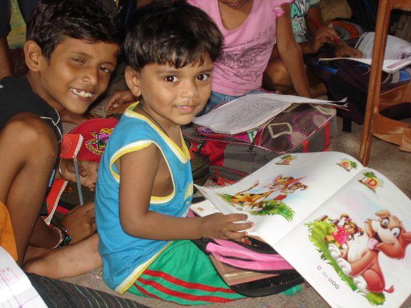 Photo 1 et 2. Travail scolaire pour les moyens avec Niva - Photo 3. Mahesh et Umang.