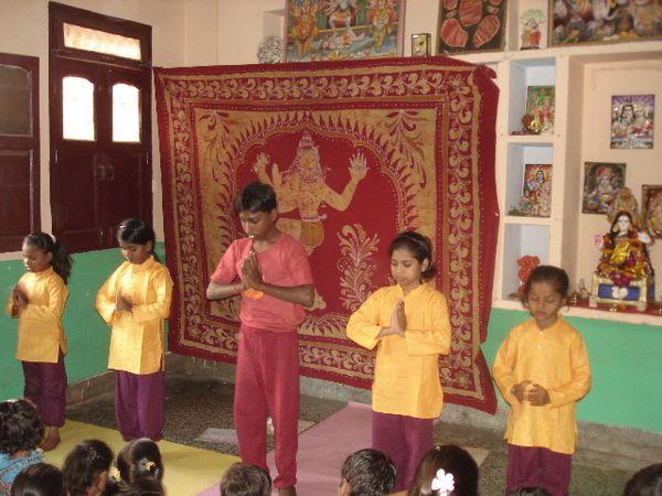 Spectacle Sarasvati Puja : Photo 1. Hatha yoga avec les plus petites - Photo 2. Dans la salle - Photo 3. Katthak avec Shivani, Janvi et Kantchan.