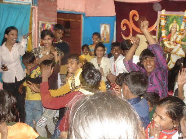 Photo 1. Archana, Nisha et Manisha (Chale chale phie hawa) - Photo 2. Vivek Kant et Nisha (Teri meri) - Photo 3. Fin du spectacle.