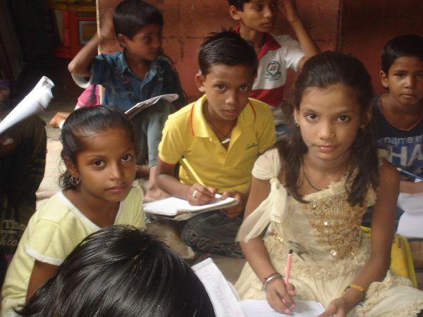 Photo 1 et 2. Travail scolaire - Photo 3. Sahil et Manish.