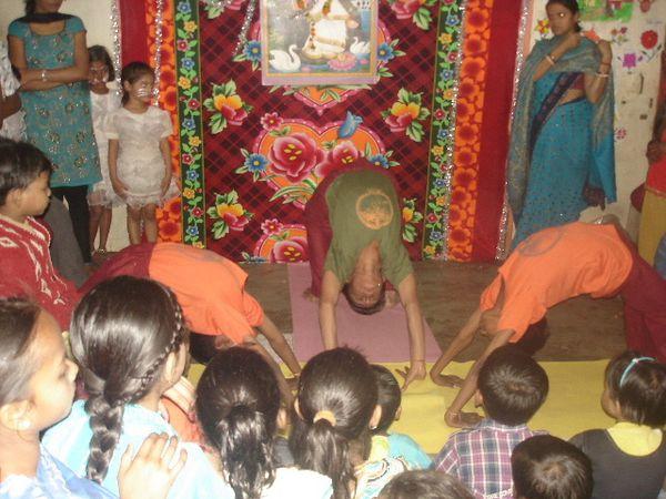 Spectacle Sarasvati Puja : Photo 1 et 2. Hatha yoga - Photo 3. Dilwale Dulhania Le Jayenge.