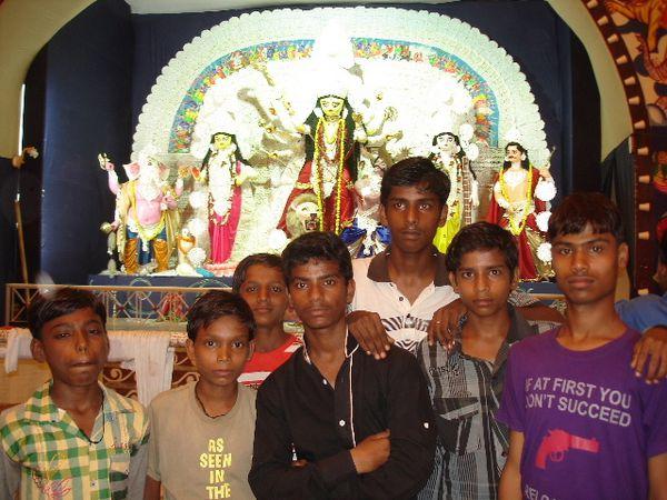 Photo 1. Les garçons dans le lieu où Vivek a travaillé - Photo 2. Pendant une puja - Photo 3. La murti de l'oncle à Utham.