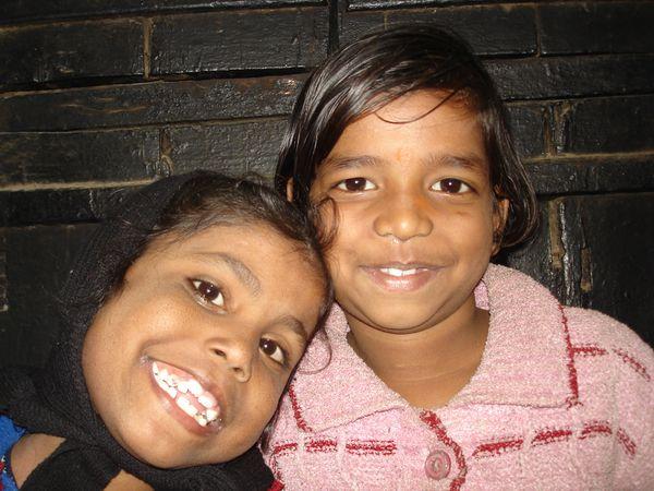 Photo 1. Aditya, Umang et Nandini - Photo 2. Vikash, Vishal, Varsha et Anu - Photo 3. Priya et Vandana.