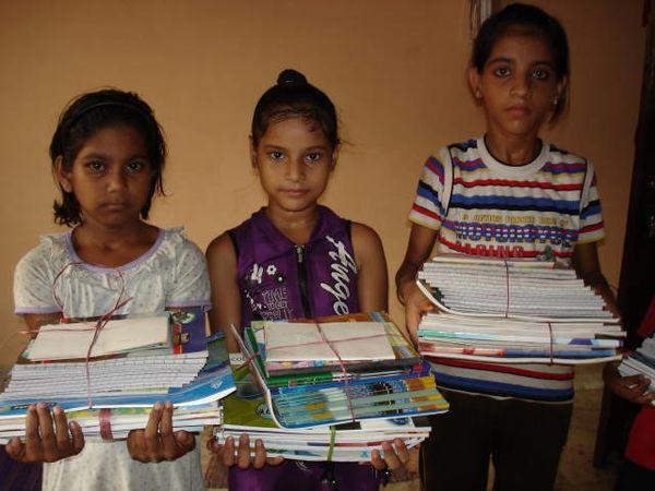 Photo 1. Distribution manuels et cahiers : Chinki, Ekra et Shalini - Photos 2 et 3. Distribution cartables et trousses - Photo 2. Diksha, Ratna et Renu - Photo 3. Kantchan, Shivani et Vandana.