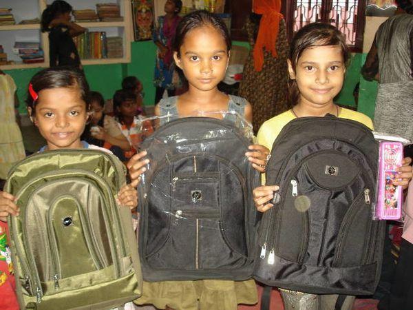 Distribution cartables et trousses - Photo 1. Vandana, Anjali et Ekra - Photo 2. Ashvani, Priyansi, Aditya et Kajal - Photo 3. Nitu et Isneha.