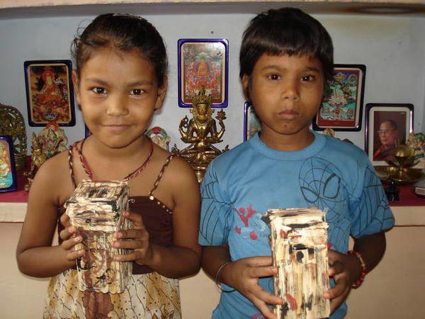 Travaux manuels : Photo 1. Punam et Isneha - Photo 2. Priya et Renu - Photo 3. Chinki et Punam.