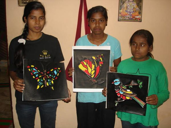 Travaux manuels – Photo 1. Gudiya, Sunita et Dipika.