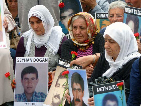 """les mères de disparus (""""les mères du samedi"""" qui sont là chaque semaine, devant le lycée de Galatasaray, et qui tiennent le coup depuis 1995... et des profs qui protestent, au même endroit"""